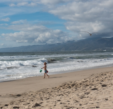 SantaMonica-Ocean-KidWithBucket-6